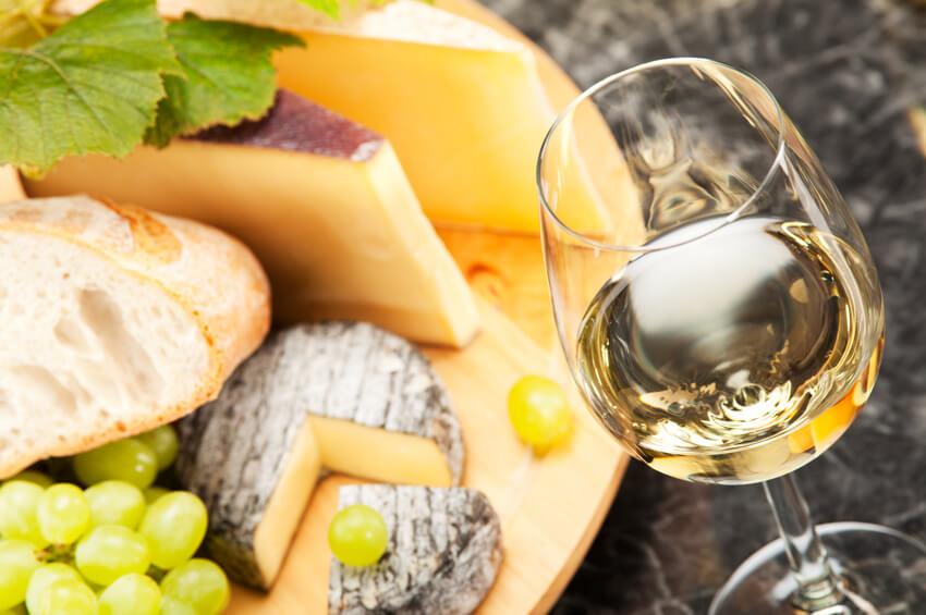 Waarom past witte wijn bij kaas?